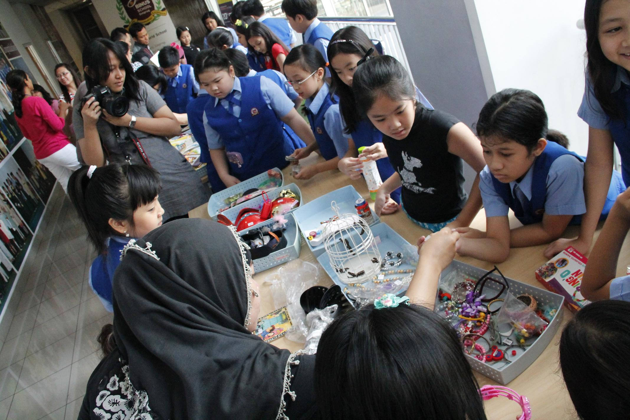 BINUS SCHOOL SIMPRUG: CARE FOR ENVIRONMENT AND PEOPLE AROUND